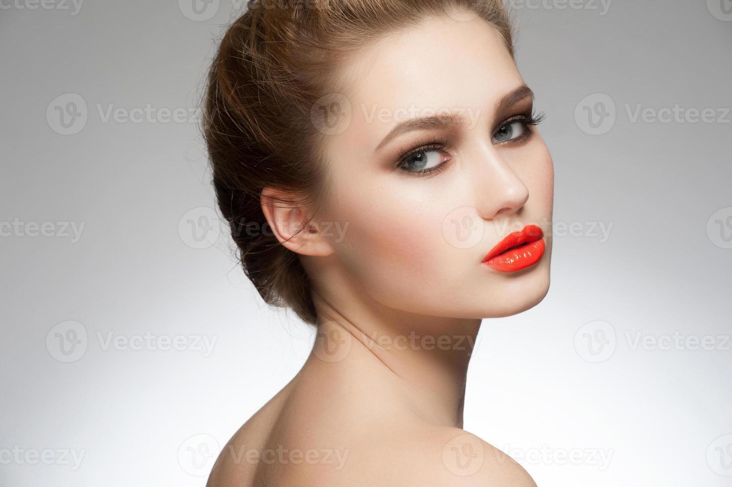 kvinna med orange läppstift foto