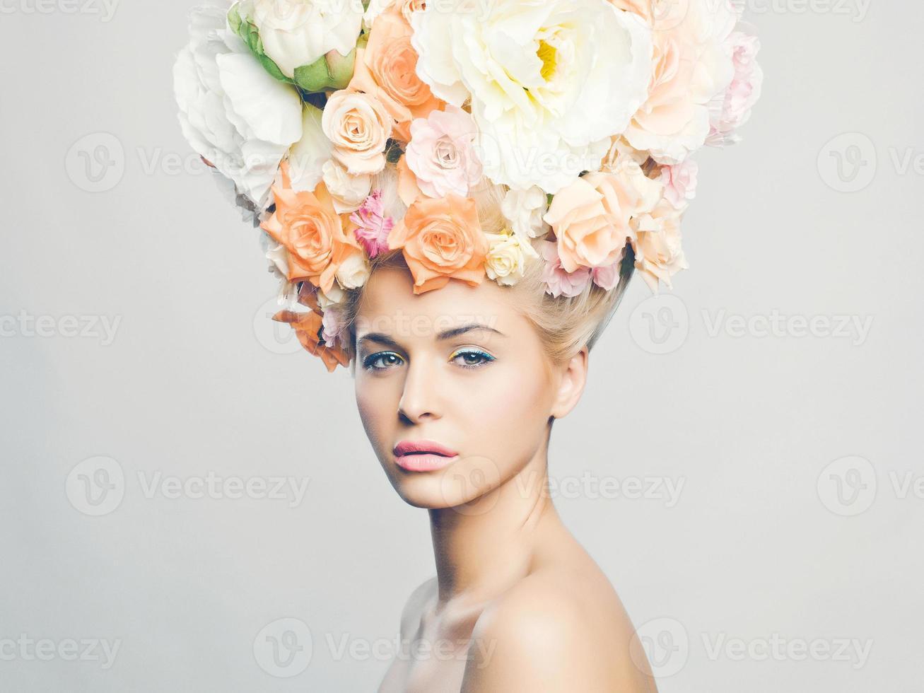 vacker kvinna med frisyr av blommor foto