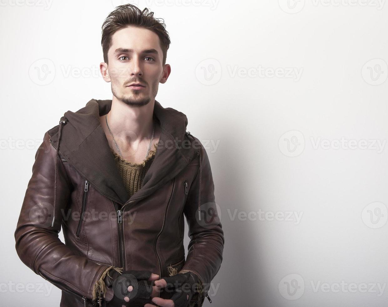 attraktiv ung man i skinnjacka. foto
