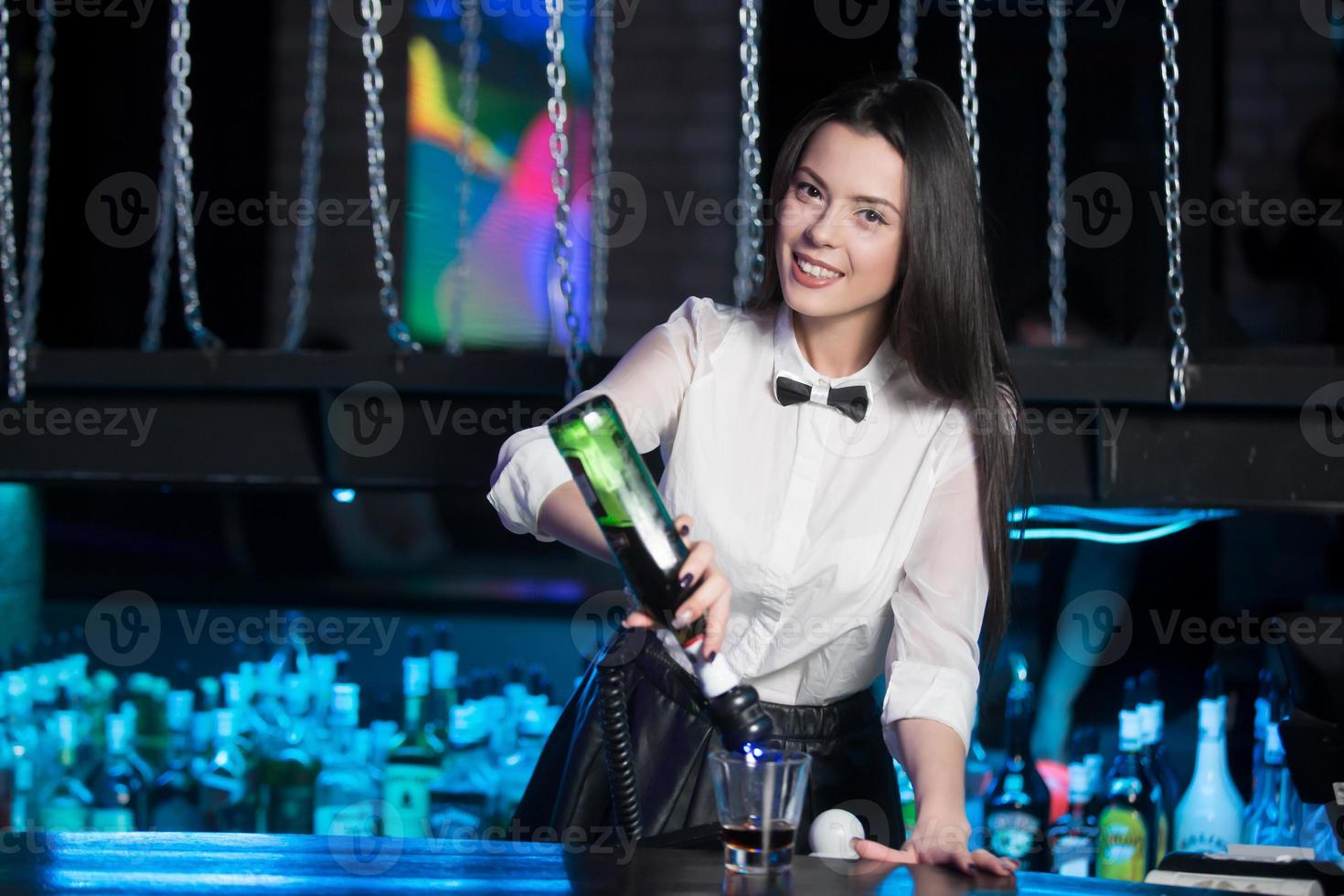 leende brunett bartender hälla martini foto
