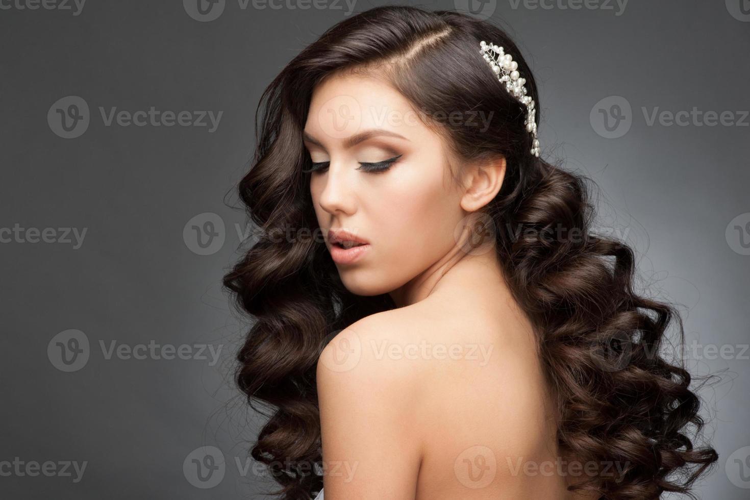 flicka med frisyr och smink foto