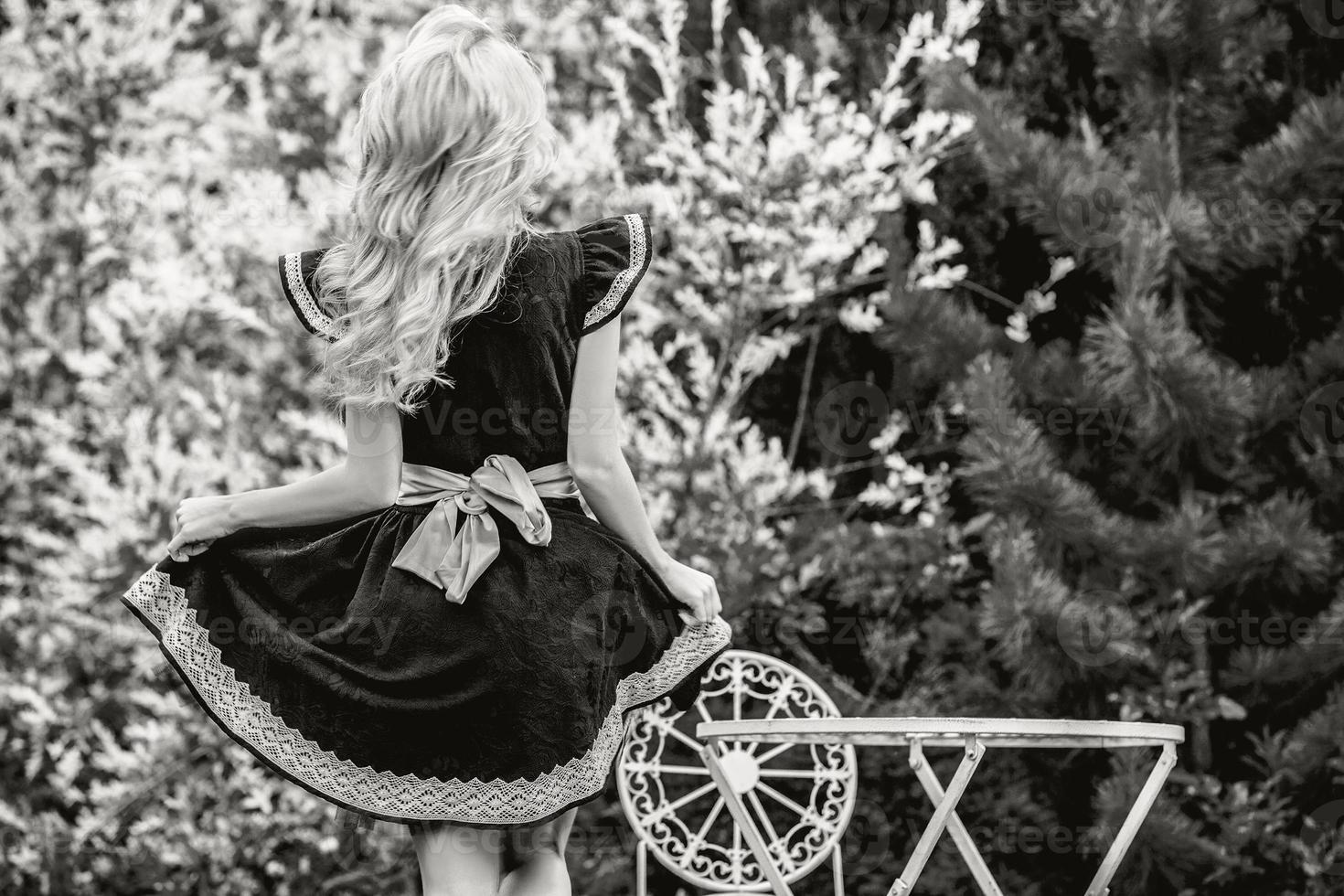 vacker ung blond flicka i lyx saga klänning. foto