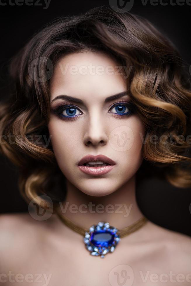 skönhet stil närbild porträtt av en ung kvinna foto