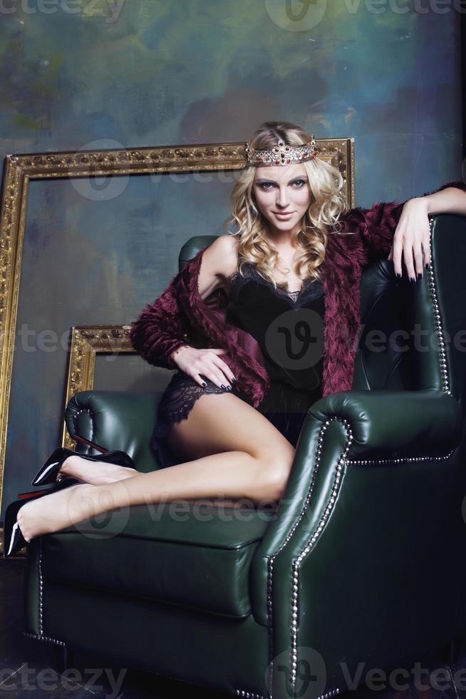 ung blond kvinna som bär krona i fairy lyxig inredning med foto