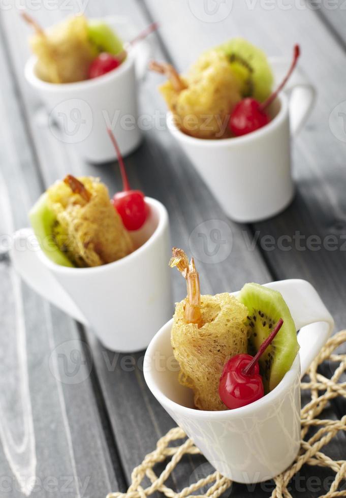 stekt räka med färsk frukt foto