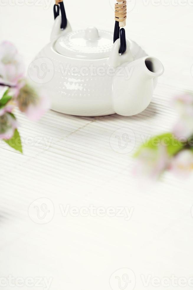 kinesisk tesats och rosa sakura blossom foto