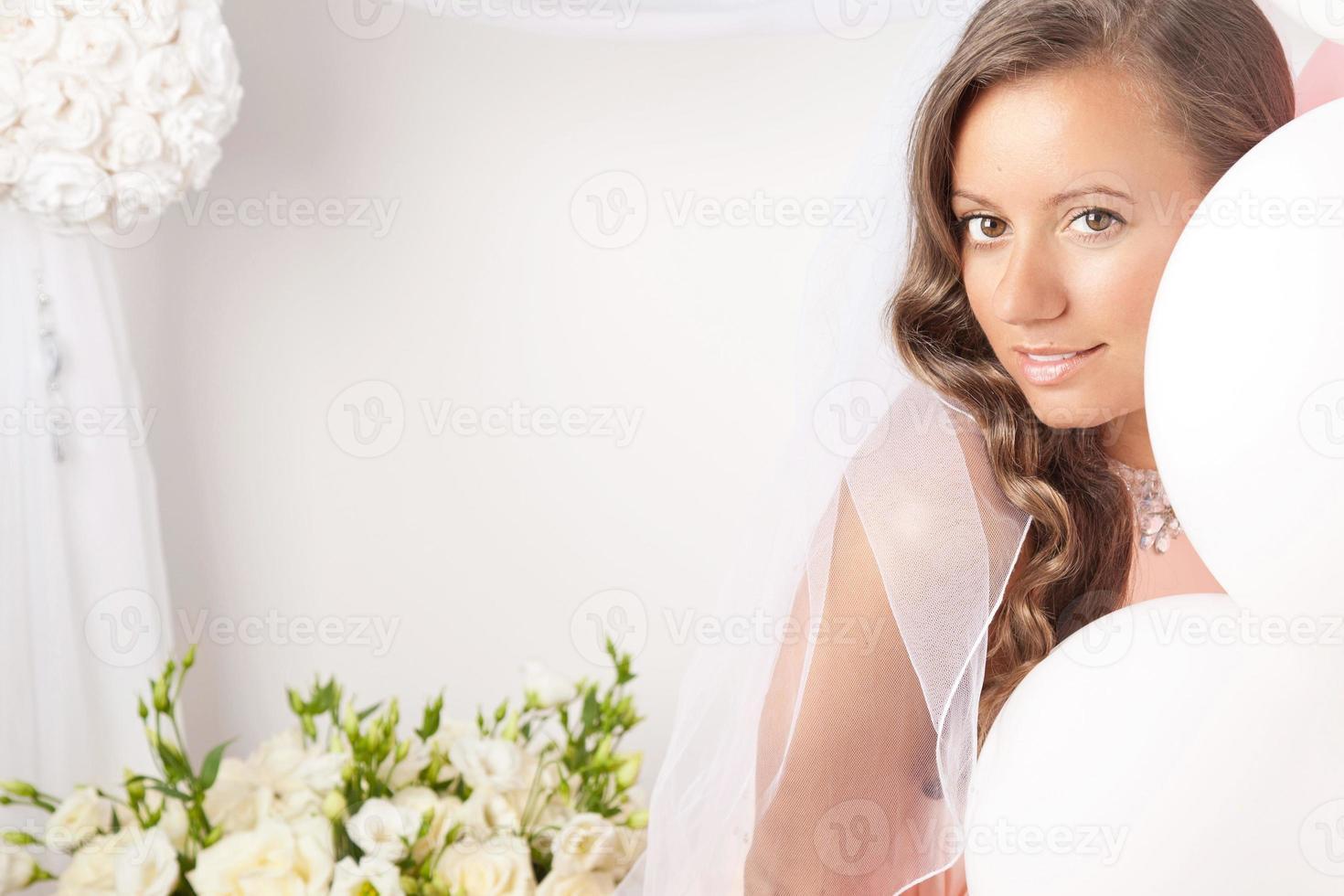 vackra lyckliga bruden foto