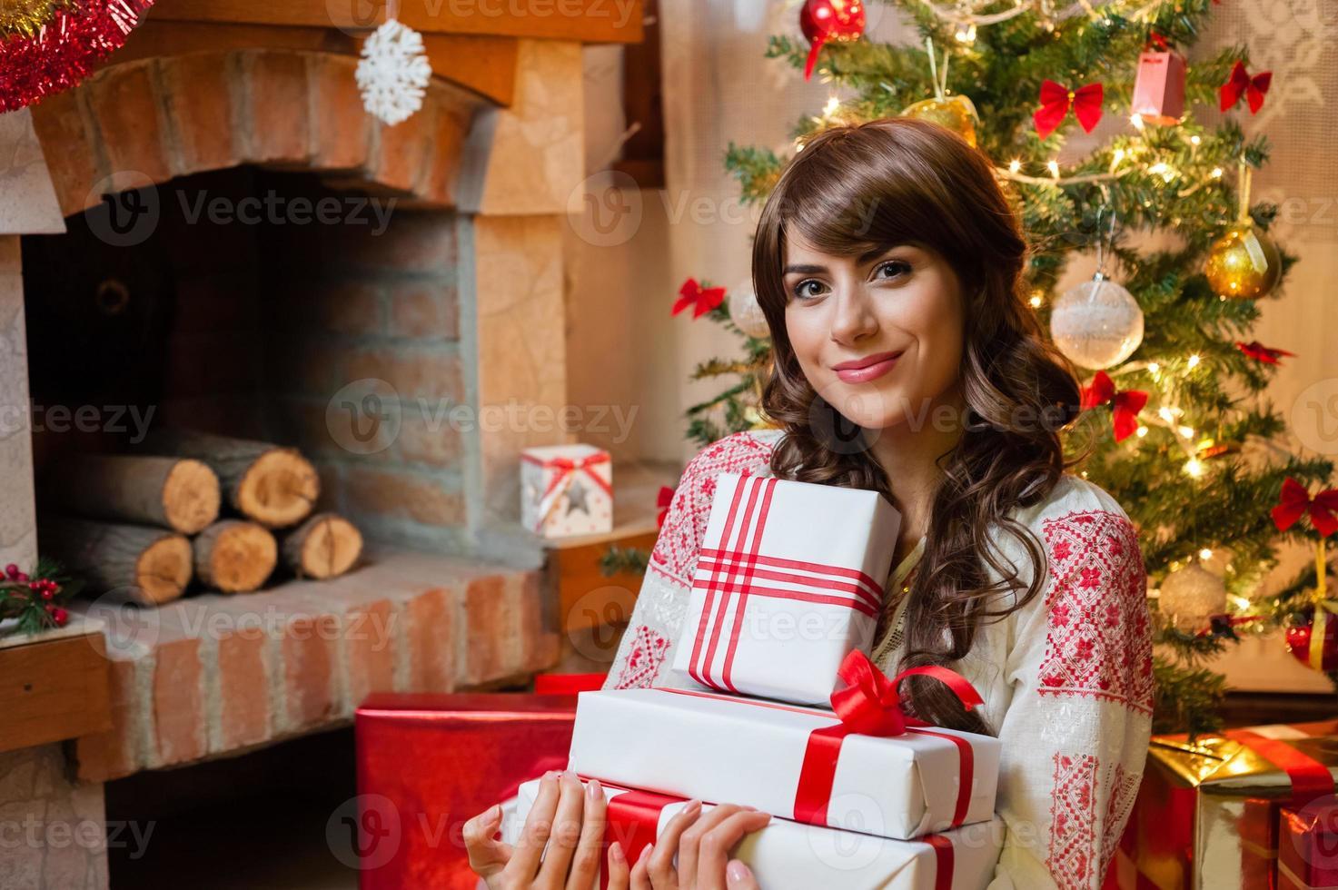 ung kvinna med julkartonglådor foto