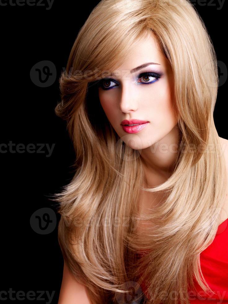 porträtt av en vacker ung kvinna med långa vita hårstrån foto