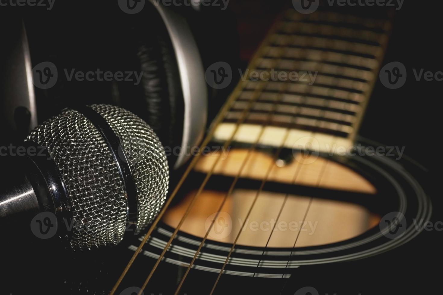 instrument gitarr hörlurar och mikrofon foto