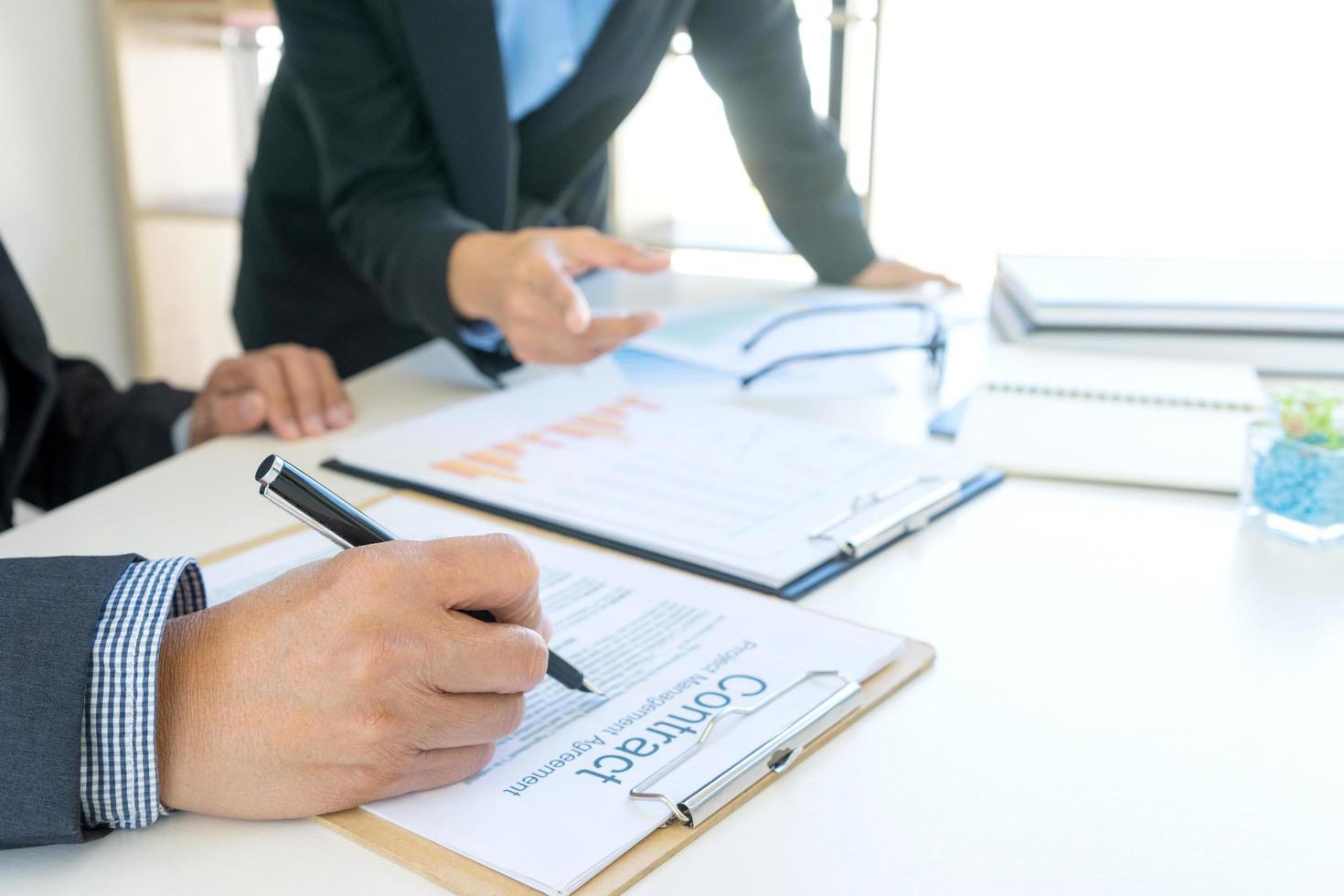 närbild av den person som undertecknar ett kontrakt foto