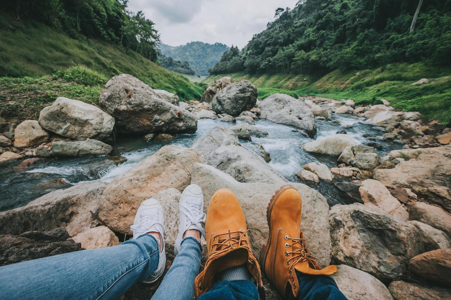 vandring vid en flod foto