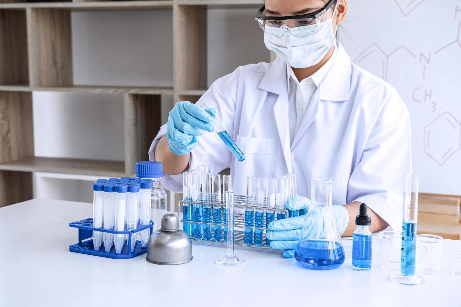kemist analyserar prov i laboratorium foto