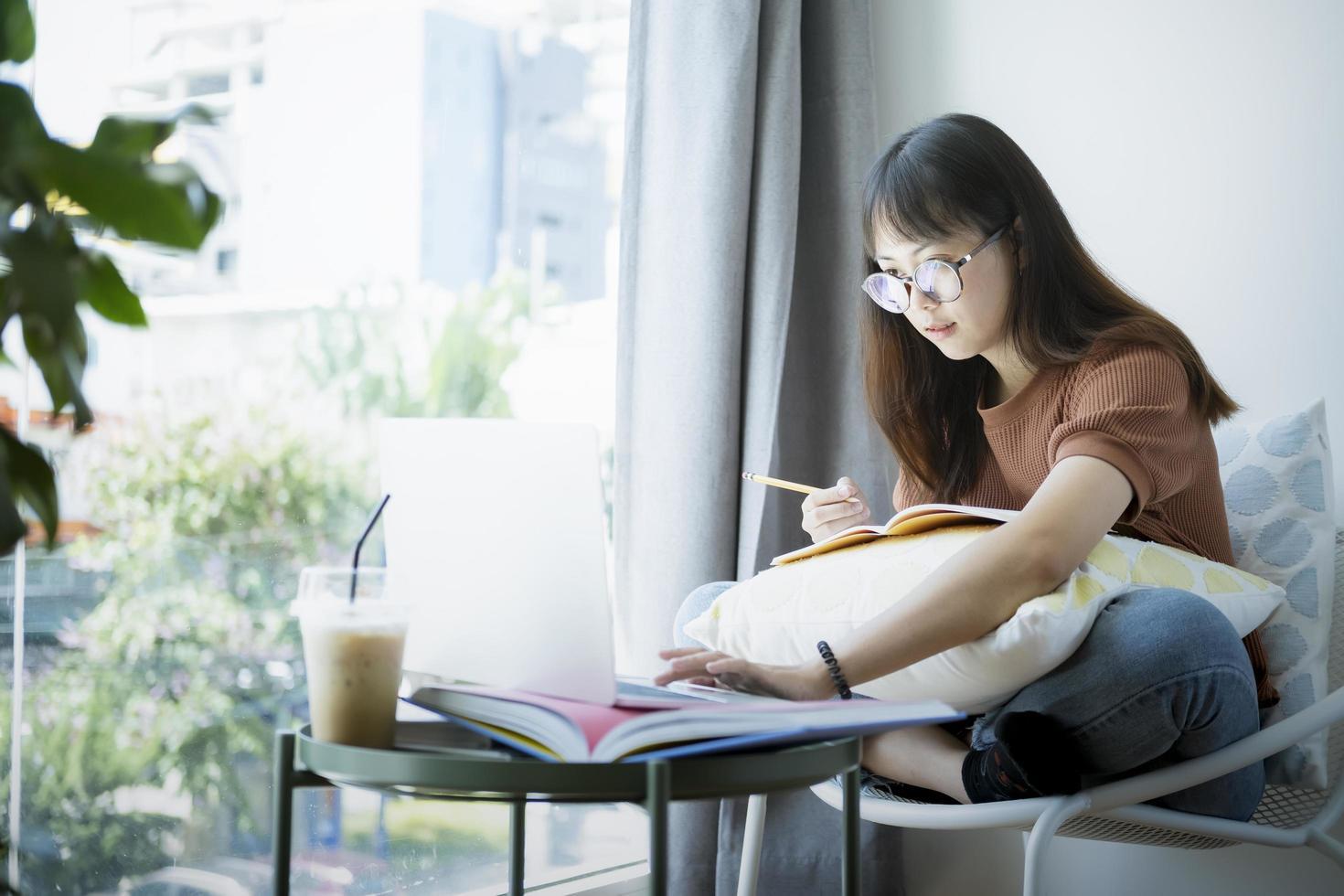 tonårstjej som använder datorbärbar dator till självinlärning online foto