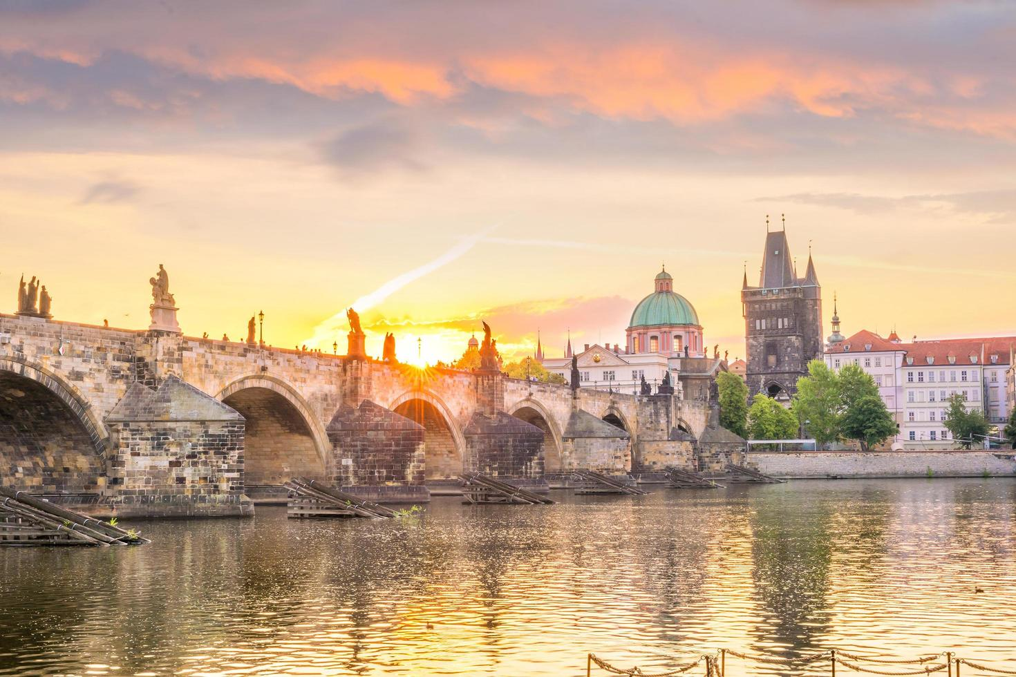 Charles Bridge och Prag City foto