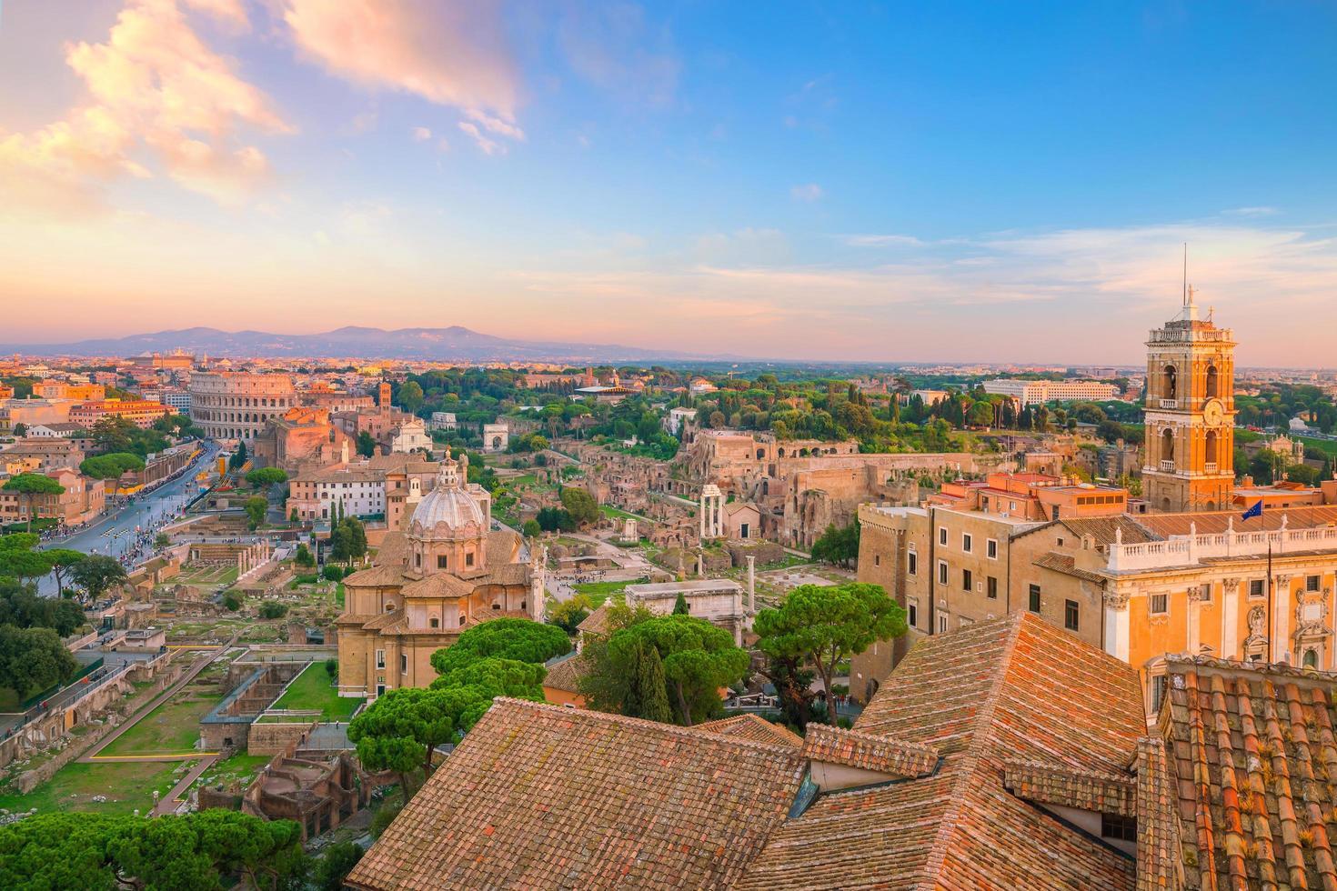 utsikt över Rom centrum vid solnedgången. foto