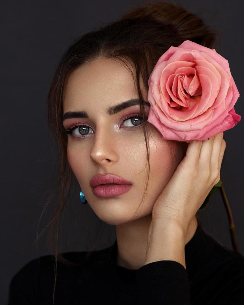 ung flicka med en ros foto