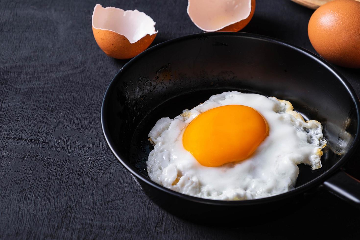 stekt ägg i en stekpanna foto