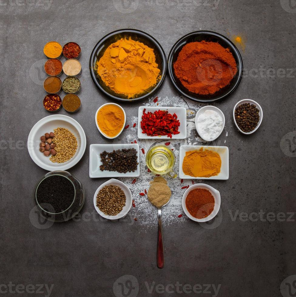 kryddor för mat på bakgrund. foto