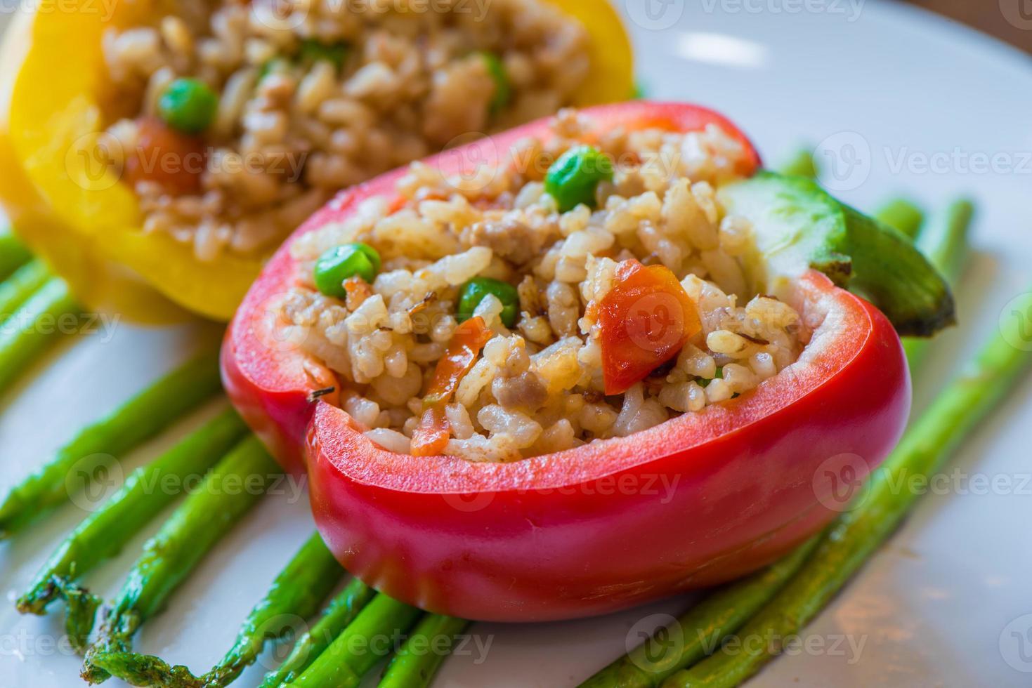 ris pilaf med färgglad grönsak i röd paprika foto