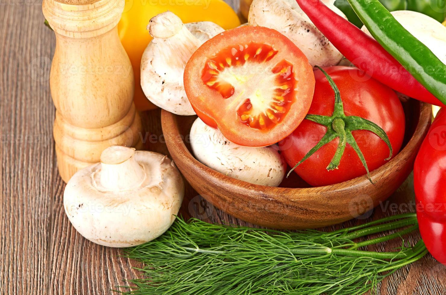 färska grönsaker och svamp foto