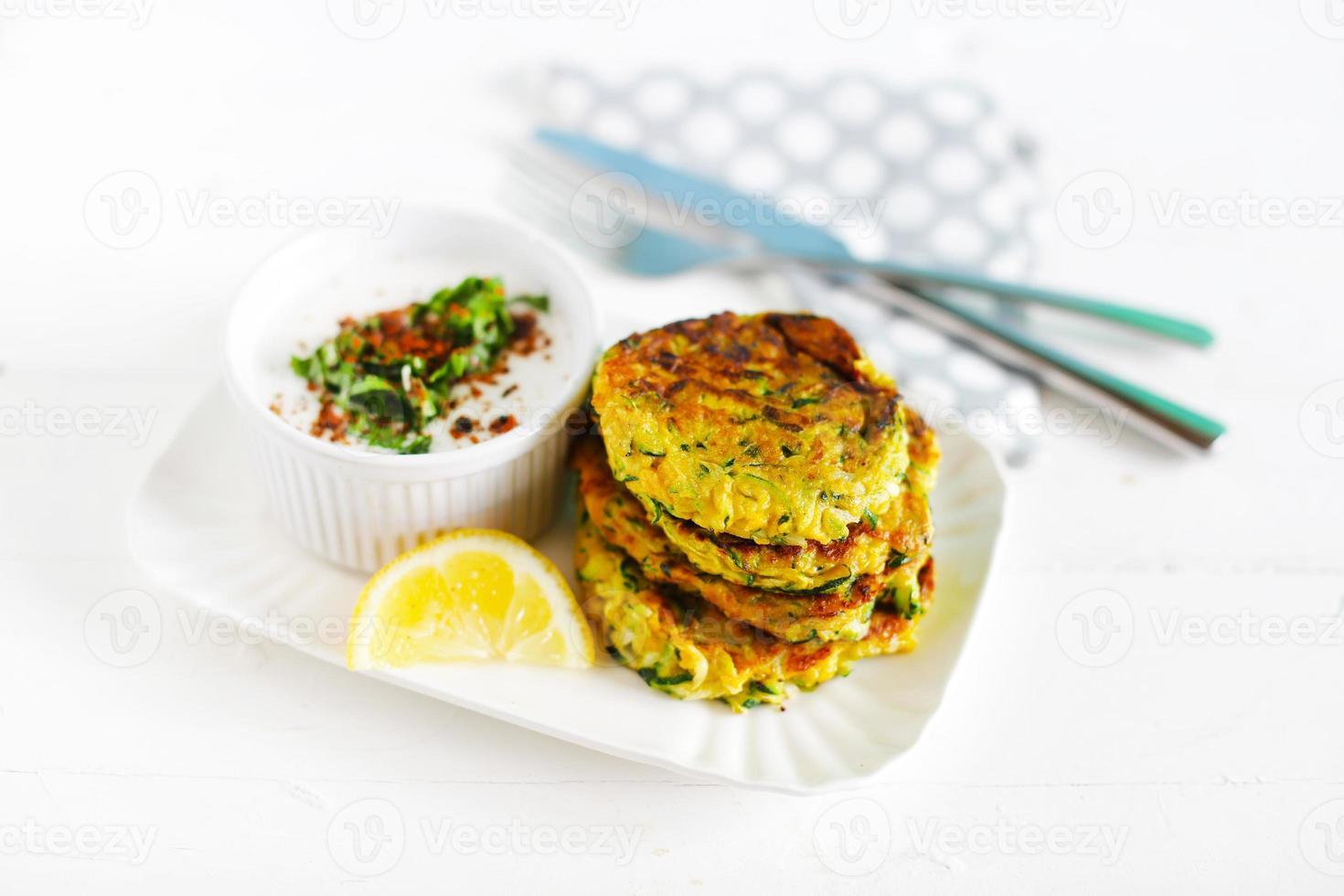 vegetariska fritters, zucchini hamburgare med citron och kokos yoghurt foto