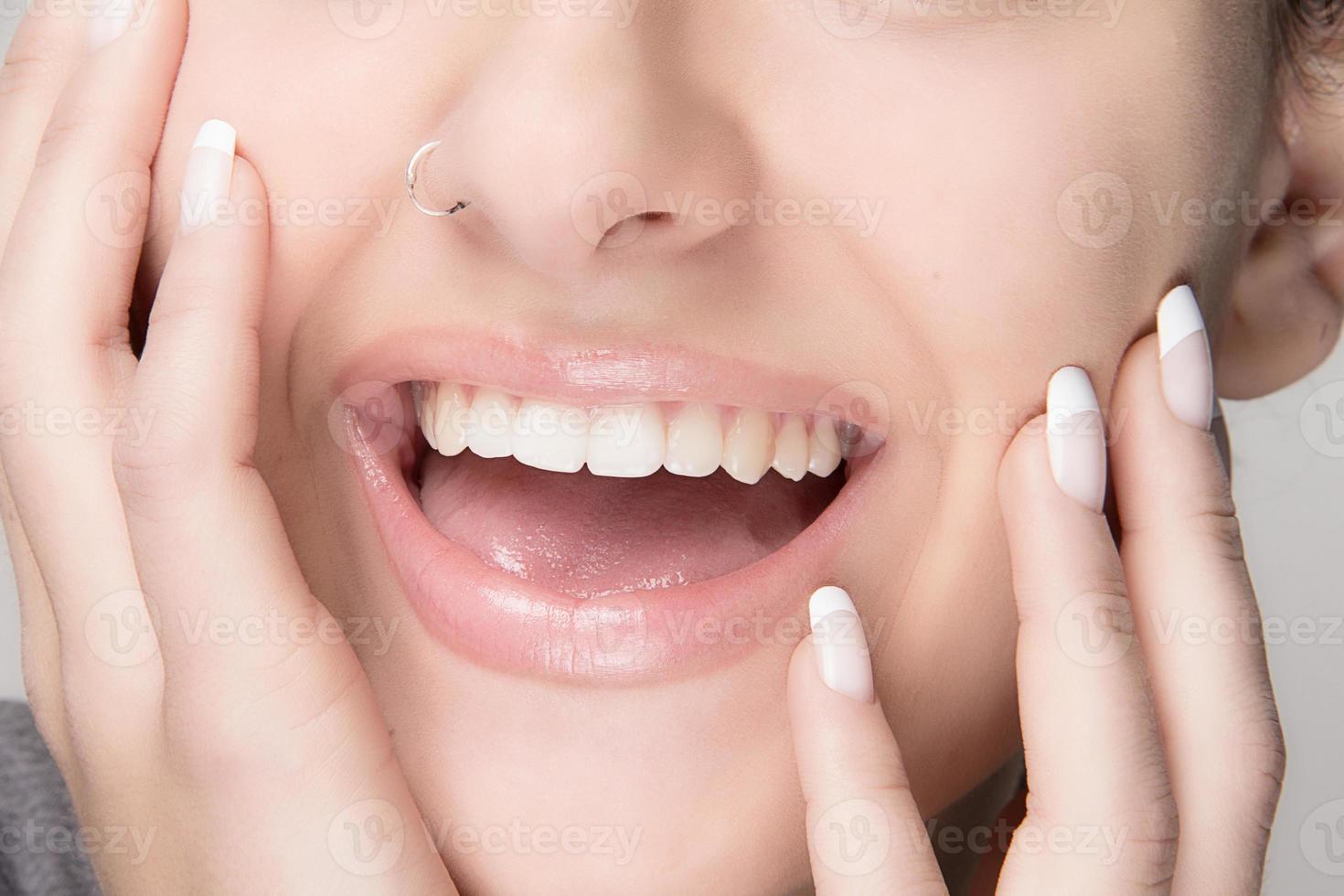 hälsosam mun. skönhet leende. fransk manikyr foto