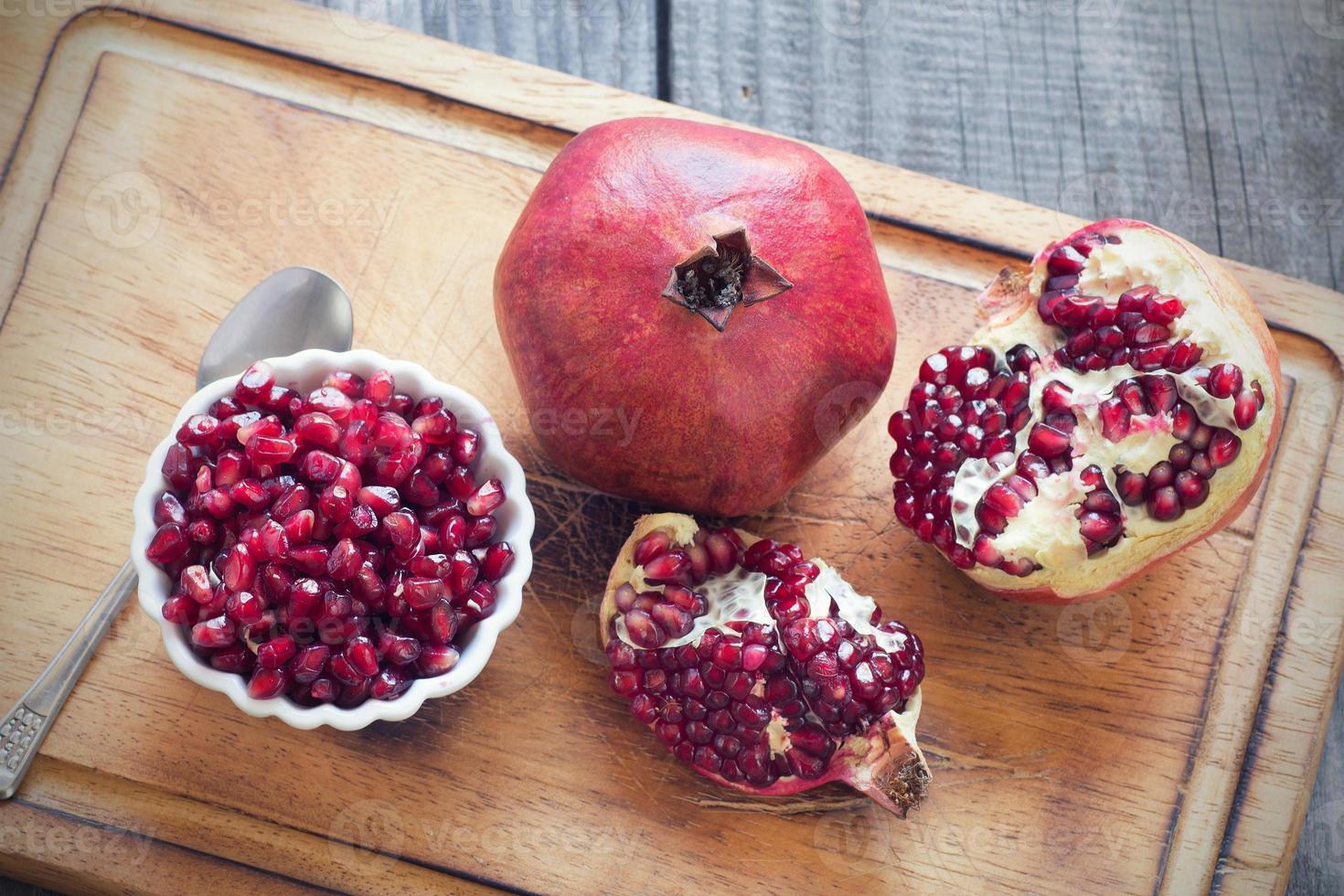råa granatäpplen på en träbakgrund foto