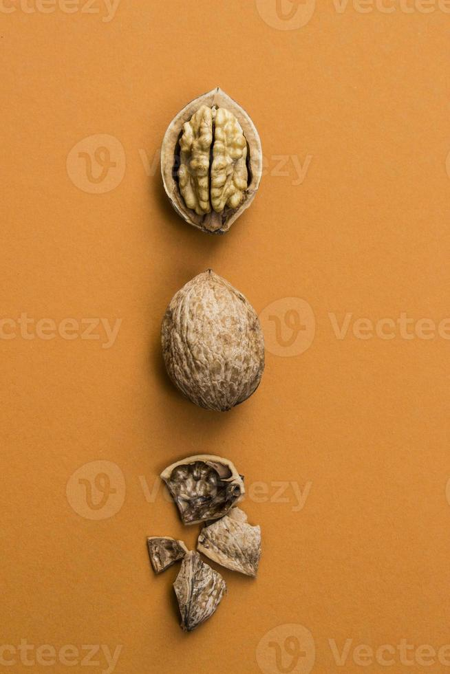 valnötter på orange bakgrund foto