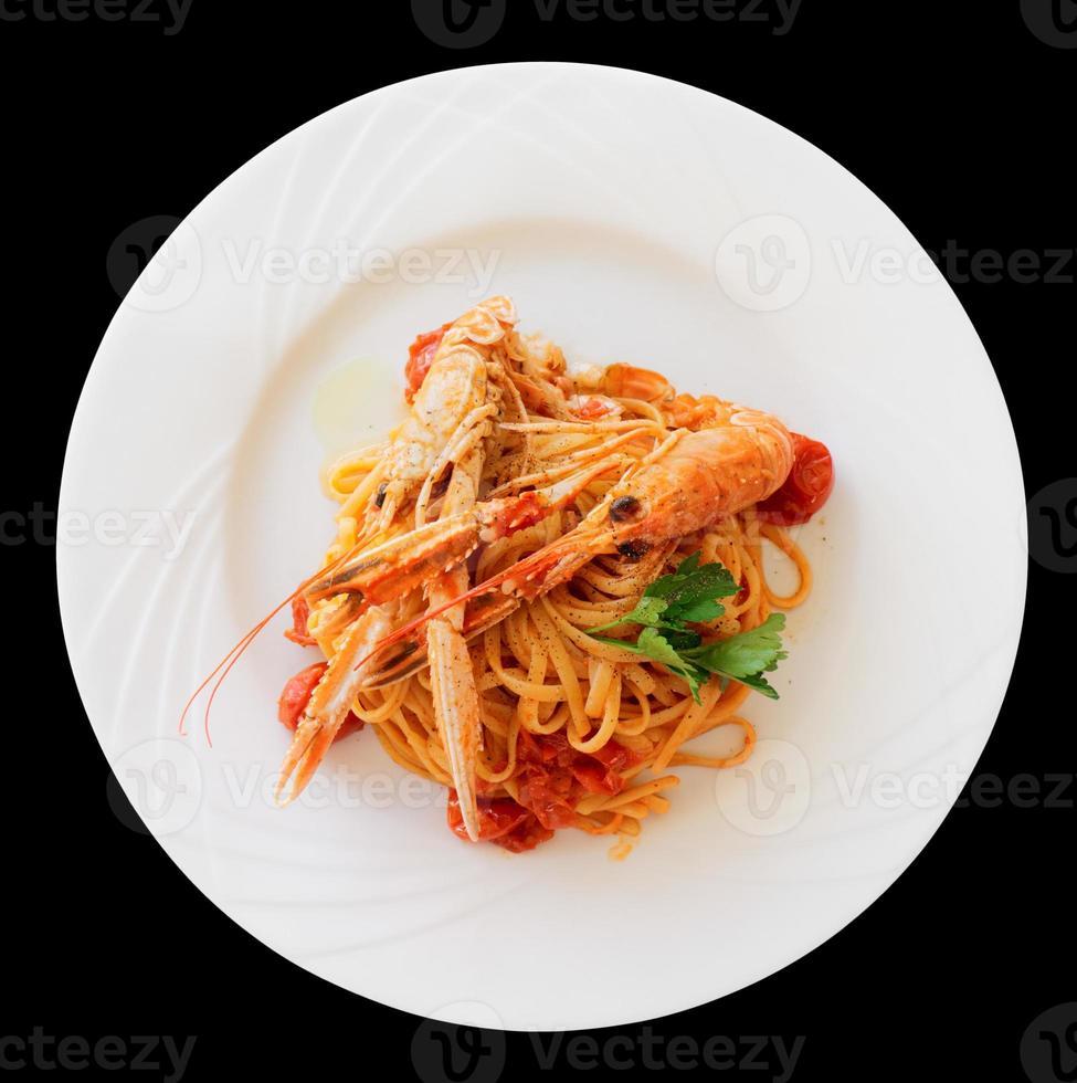 pasta med tomatsås och langoustines, isolerad foto