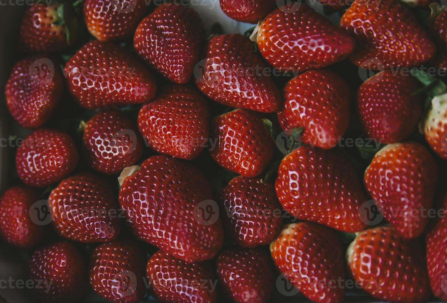 korg med färska saftiga röda jordgubbar foto