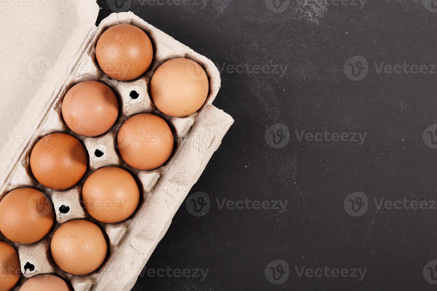 ägg på mörk svarta tavlan foto