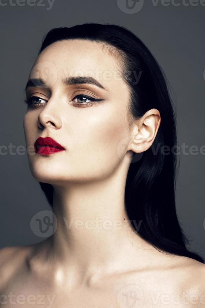 vacker ung kvinna med ljus smink och frisyr foto