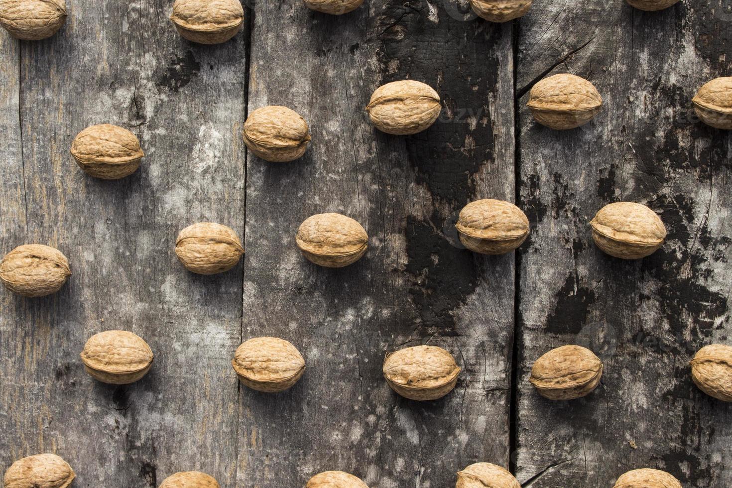 valnötter på träbakgrund foto