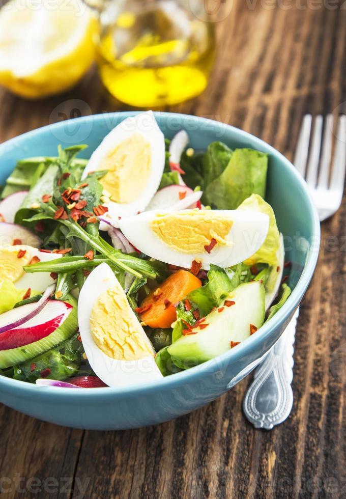 hälsosam grönsaksallad med kokta ägg och chiliflingor foto