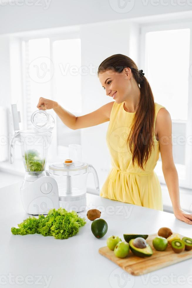 hälsosam kost. kvinna som gör detox smoothie juice. vegetarisk äta foto