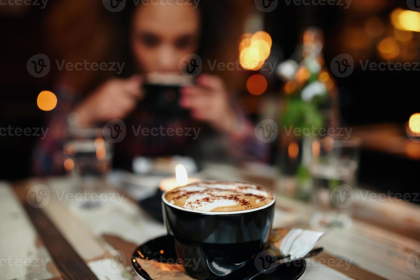 kopp kaffe på bordet på caféet foto