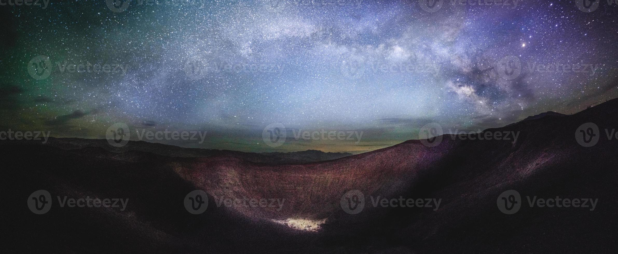 ubehebe kraterpanorama med mjölkvägspanorama foto