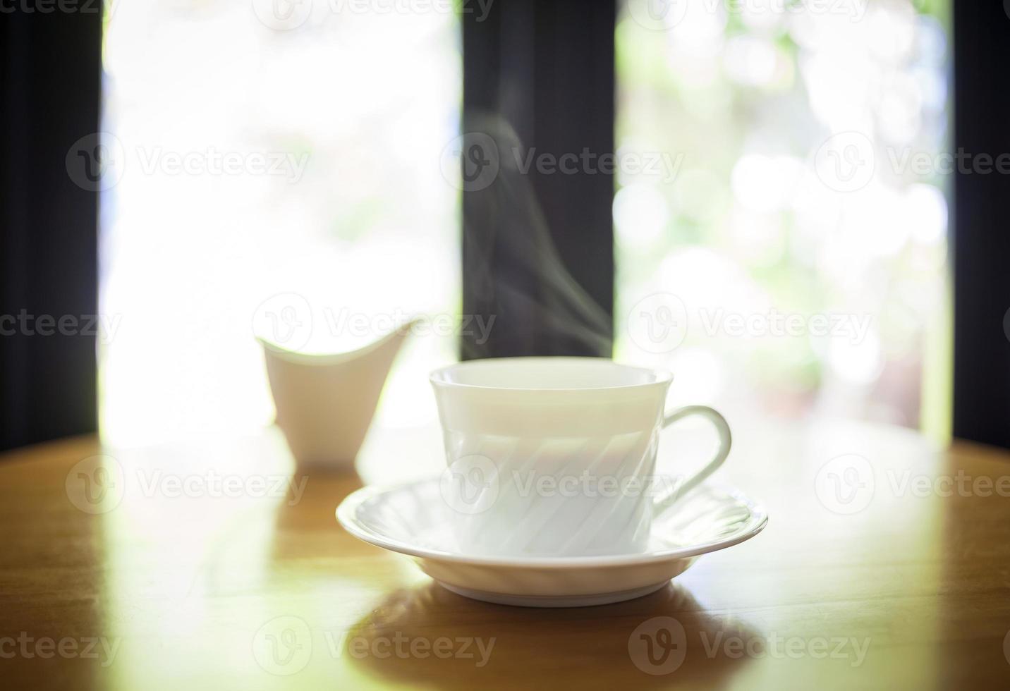 kopp kaffe på bordskaféinredning foto