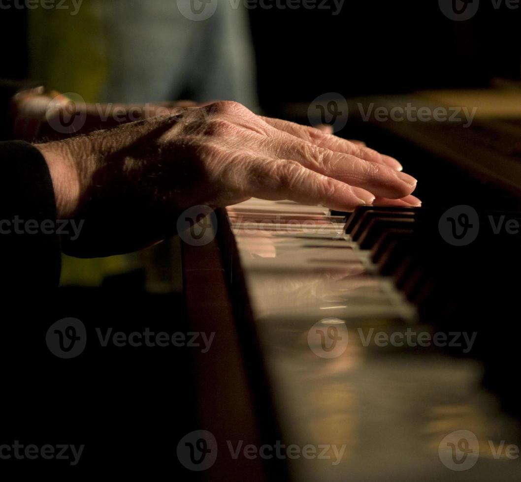 mans händer på pianotangenter, låg tangent foto