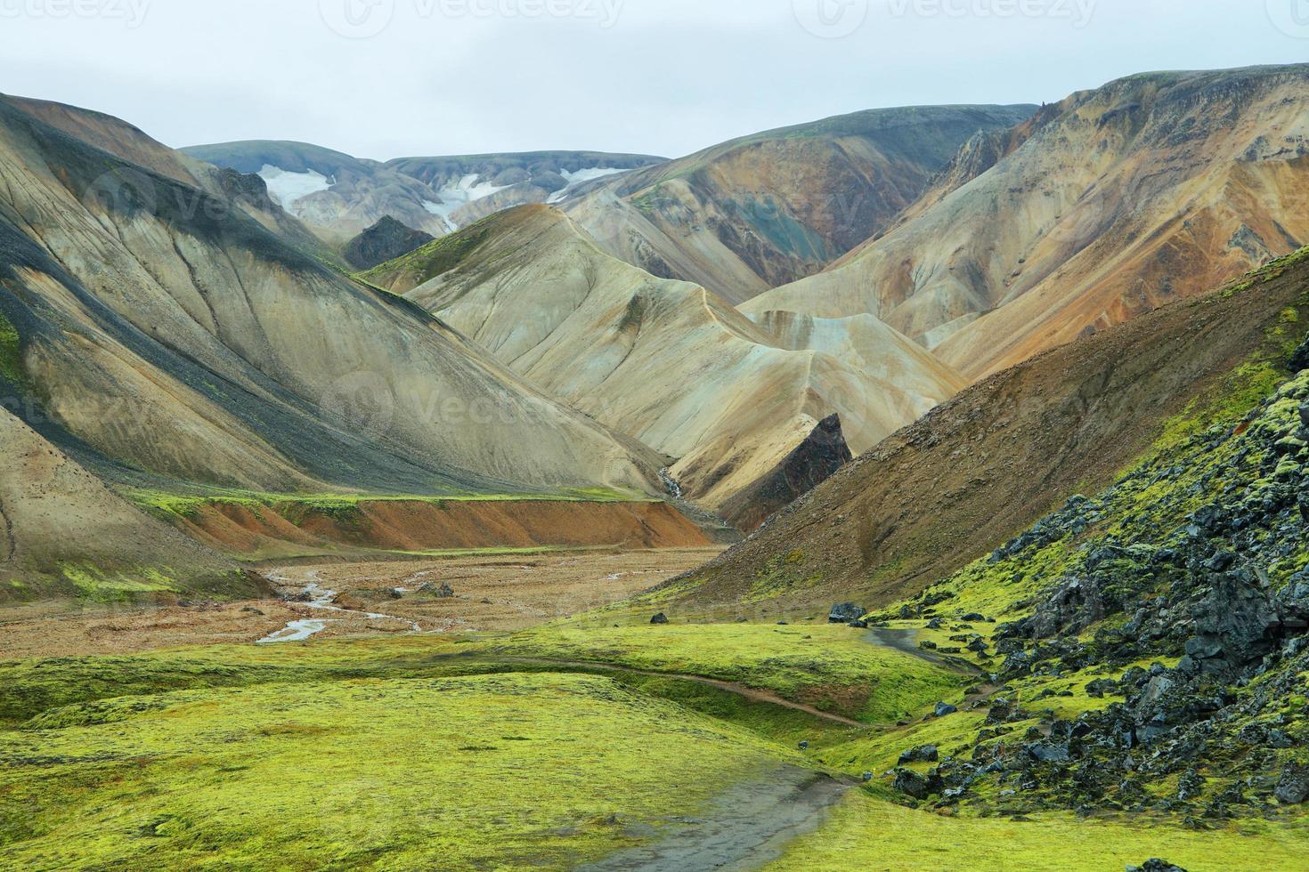 mångfärgade berg vid landmannalaugar foto