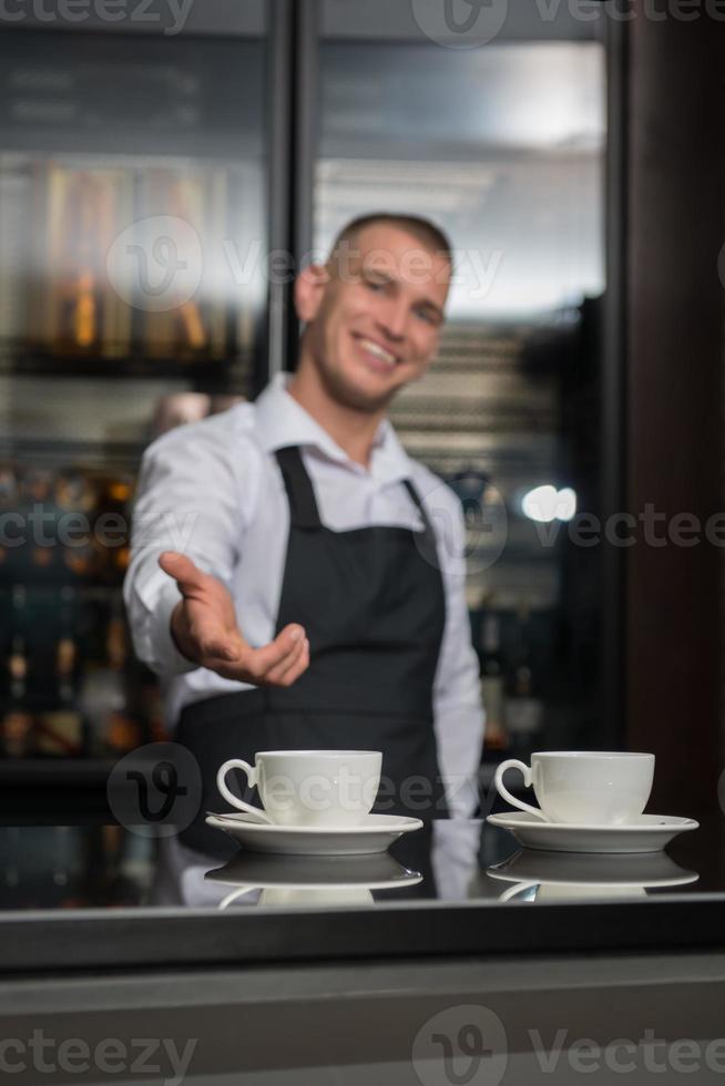barista gör ditt kaffe foto
