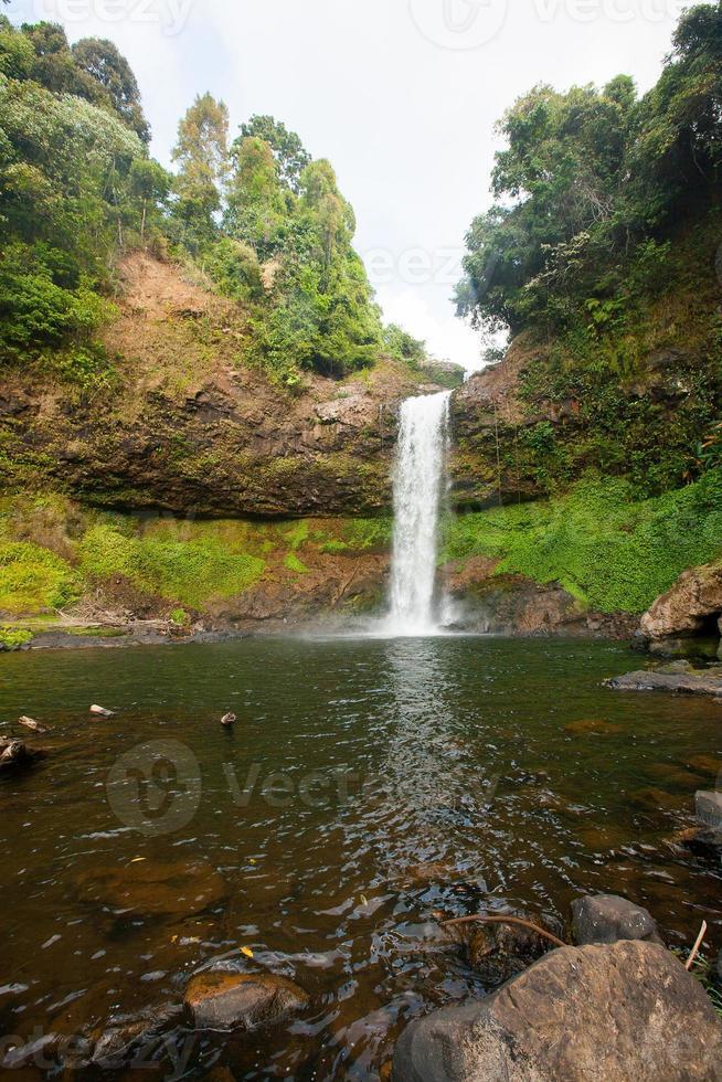 vackert vattenfall i djup skog, Laos foto
