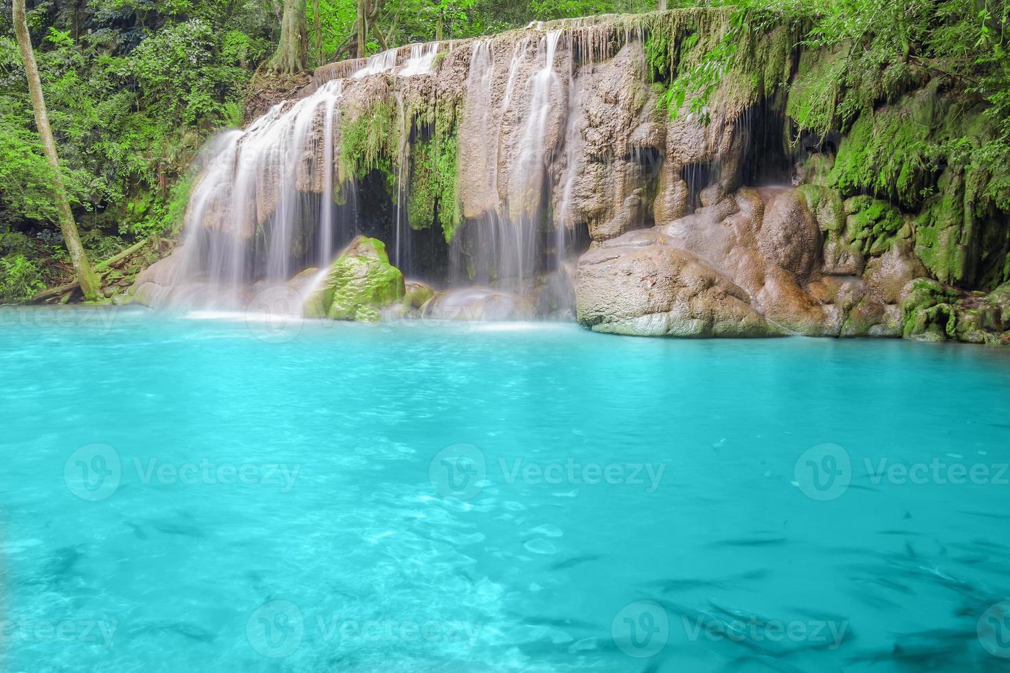 djupt skogsvattenfall i kanchanaburi foto