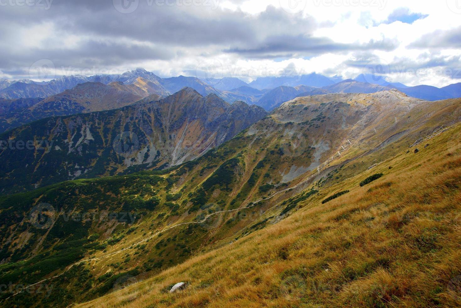 röda bergstoppar, Tatrasbergen i Polen foto