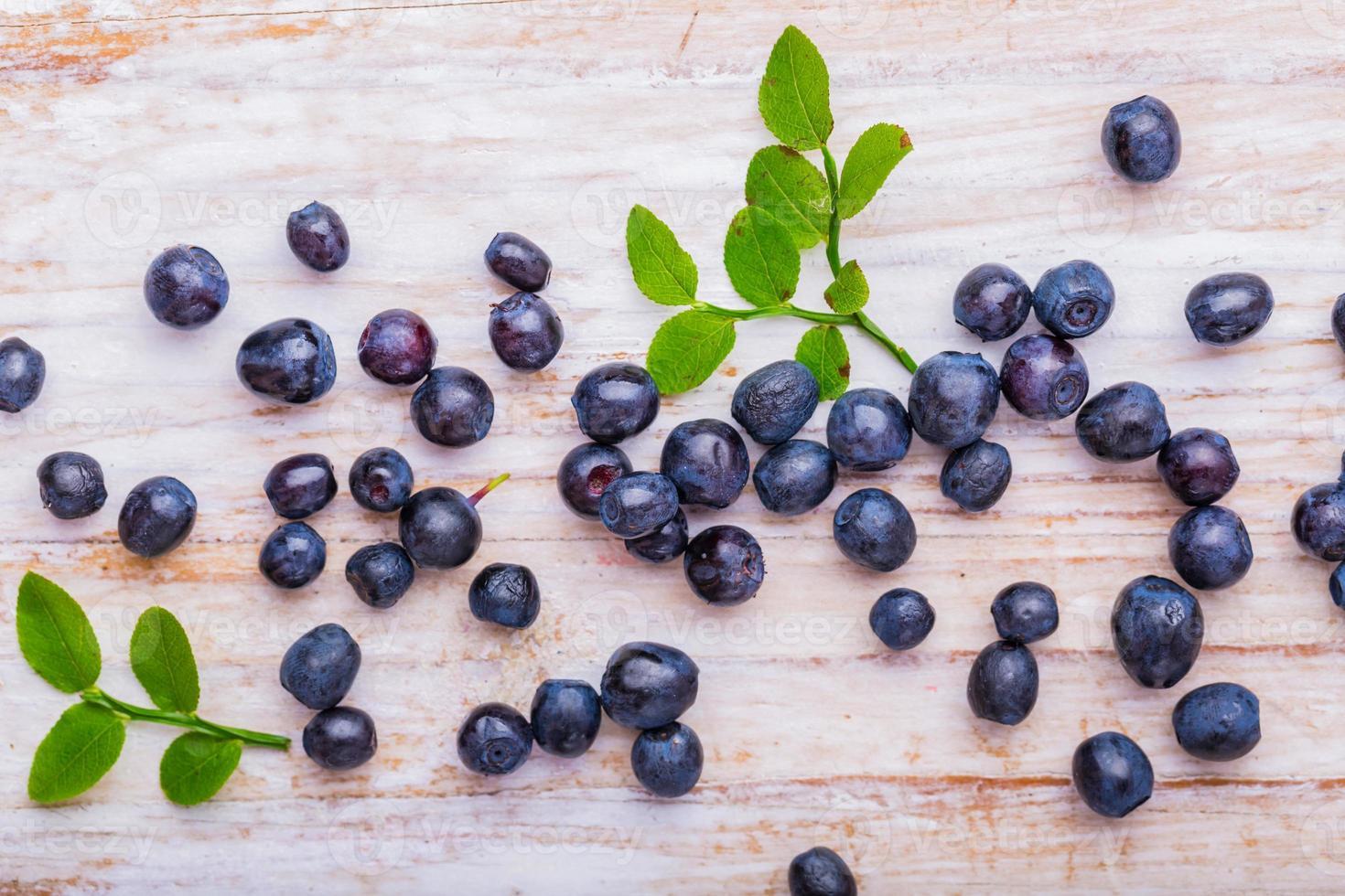 blåbär på vit träbakgrund foto