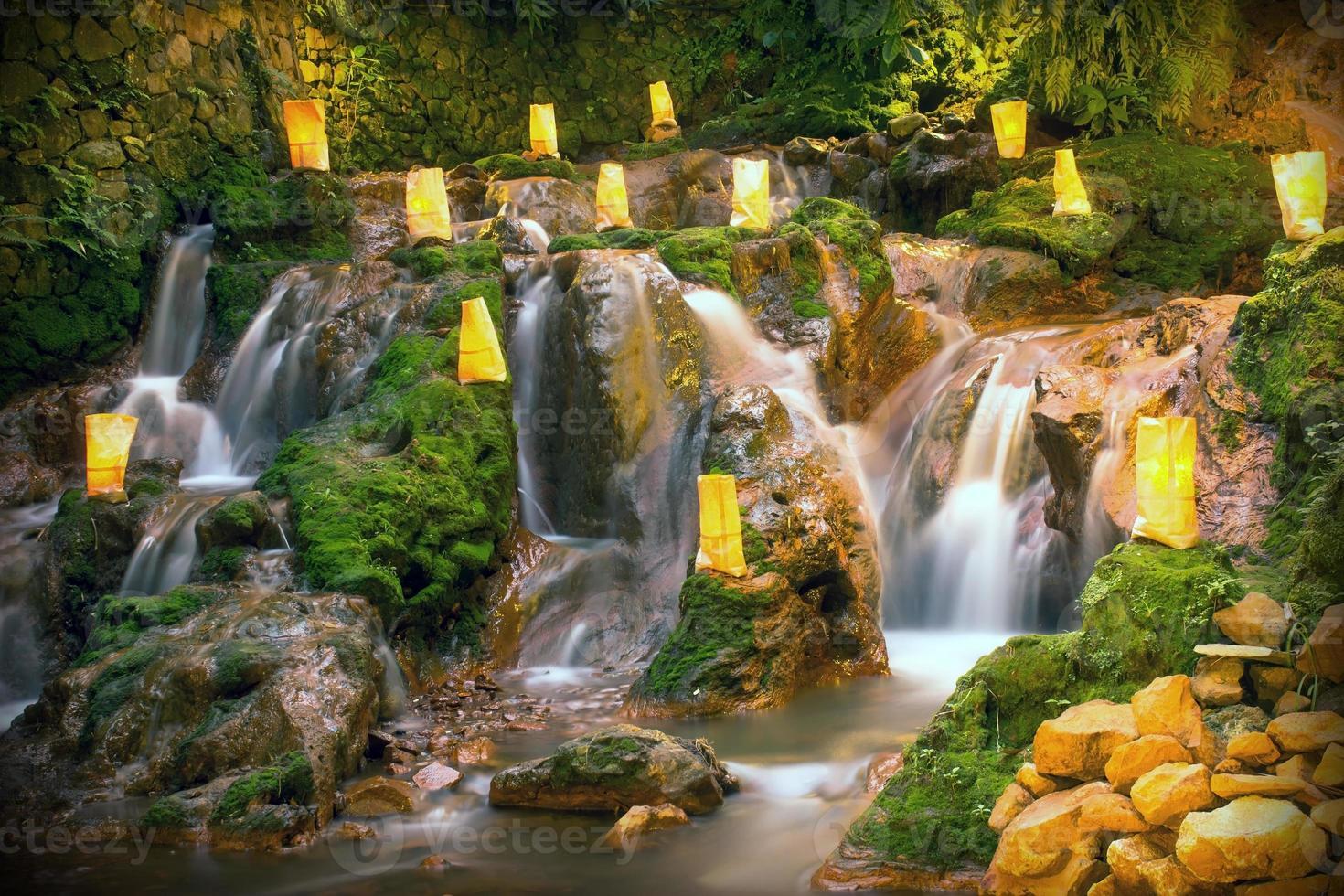 naturen med ett vattenfall som ser rilex, bekvämt och uppfriskande ut foto