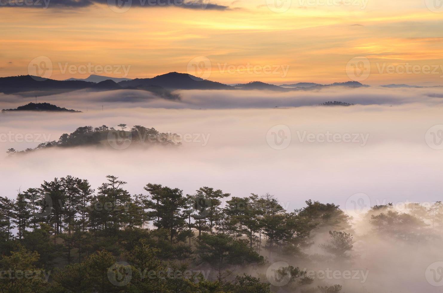 berg, dimma och solljus vid gryningen foto
