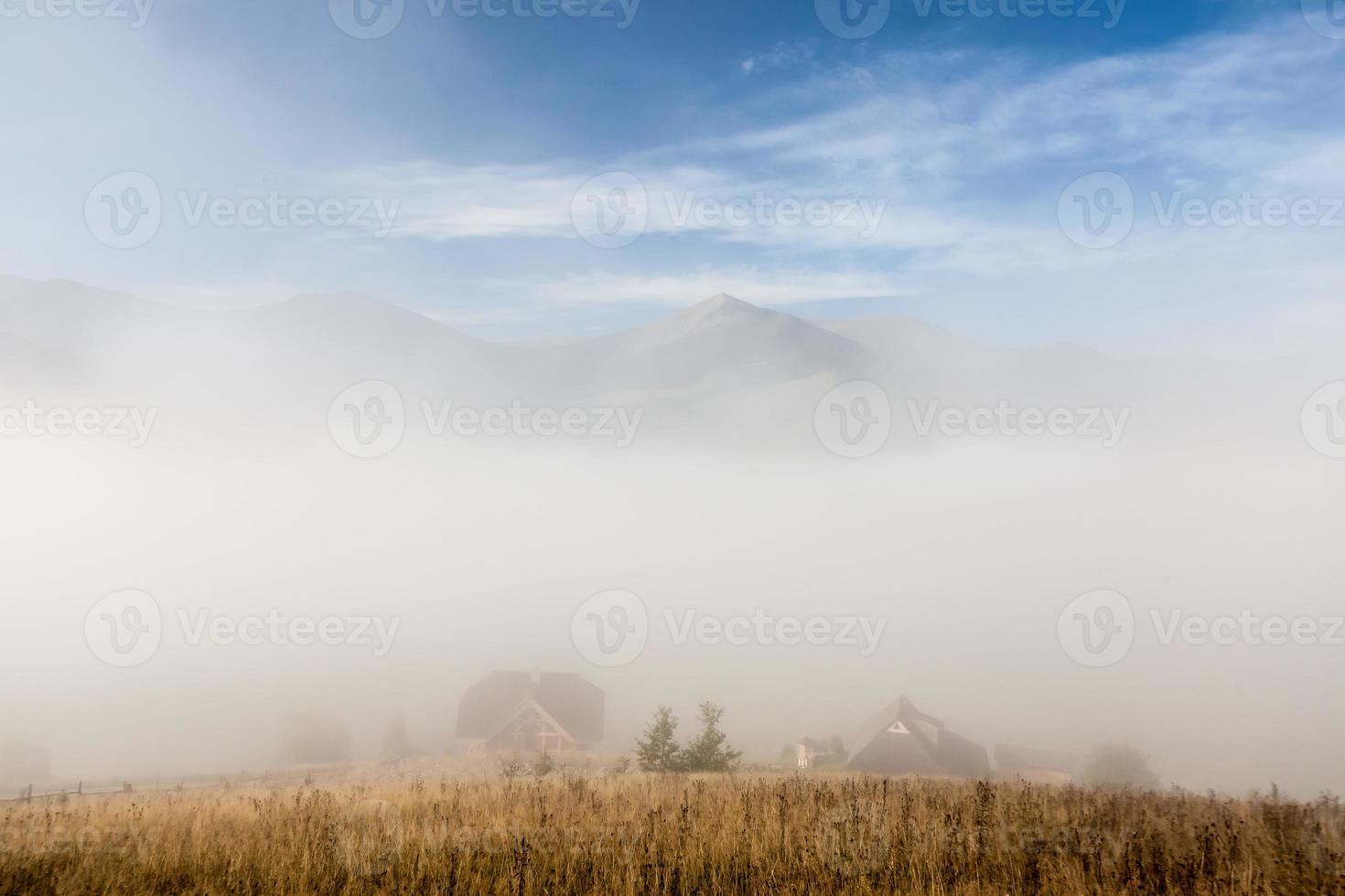 dramatiska moln med berg och träd foto