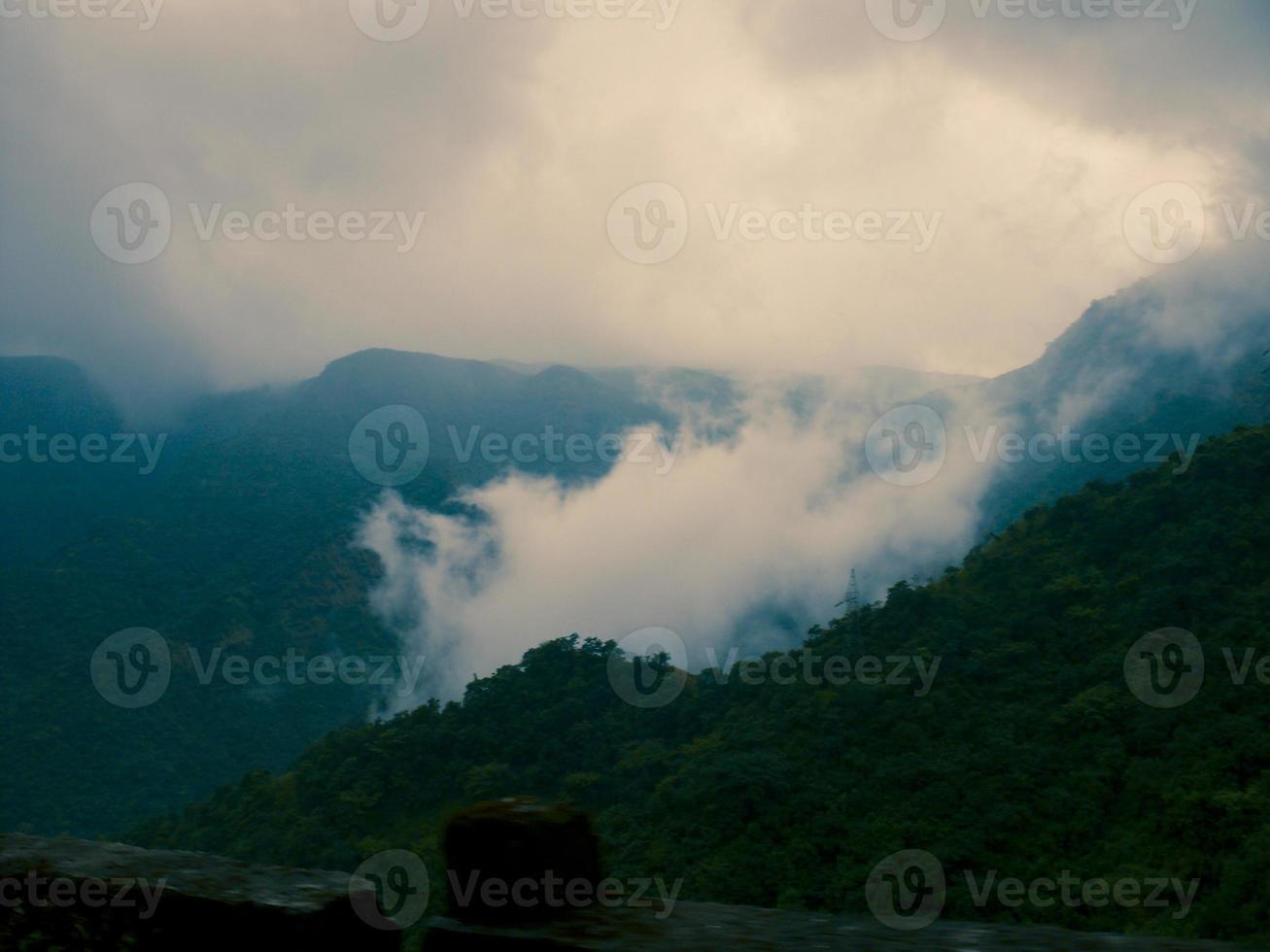 monsun regnmoln och dimma foto